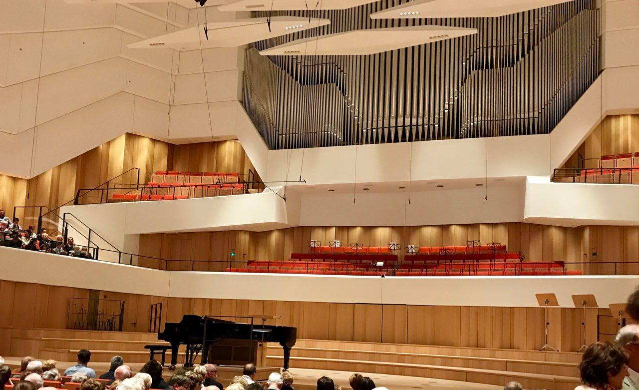 Saal des Kulturpalasts zum ersten Konzert des Philharmonischen Kinderchores Dresden